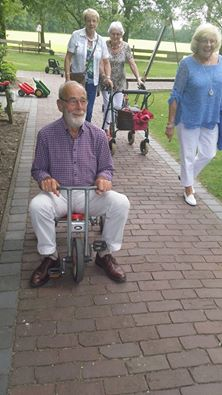 Henk K heeft zijn eigen rollator gemaakt.